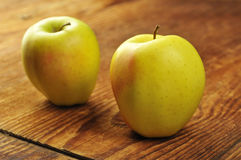 Золотисто - очень вкусный яблоко стоковые изображения