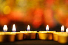 Золотистые горящие свечки Стоковые Изображения