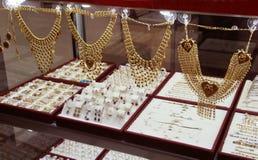 Золотистые драгоценности в магазине Стоковое фото RF