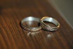 Золотистые кольца на столе Стоковые Фотографии RF