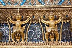 Золотистые статуи Garuda на Wat Phra Kaew Стоковые Фотографии RF