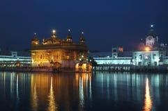 Золотистый висок на ноче - сердце сикхского вероисповедания, Амритсаре, Индии Стоковая Фотография RF