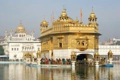 Золотистый висок на Amritsar с другими висками Стоковое фото RF