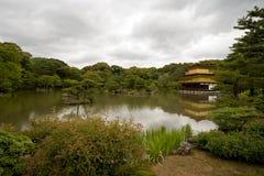 золотистый висок павильона kyoto kinkakuji стоковое изображение