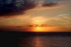 золотистый заход солнца моря стоковое изображение rf