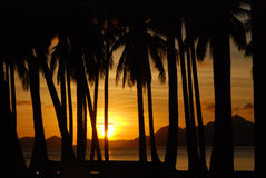 Золотистый заход солнца на тропическом острове. Стоковое Изображение