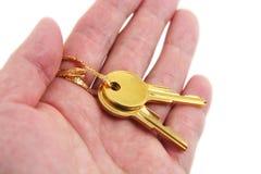 золотистый ключ владением руки Стоковые Фотографии RF