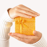 Золотистый подарок в руках Стоковая Фотография RF