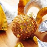 Золотистый шарик рождества Стоковая Фотография RF