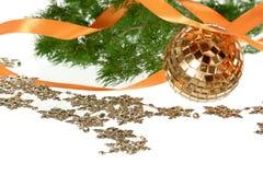 Золотистый шарик с померанцовой гирляндой тесемки и firtree Стоковые Изображения