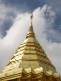 Золотистый pagoda с пасмурным небом. Стоковые Фото