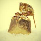 Золотистый sachet на снежке Стоковые Изображения RF