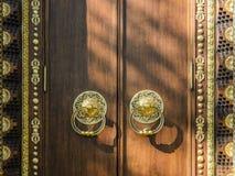 Золотить и монументальное дерево вход, ворота, двери к буддийскому виску концепция надежной защиты стоковое изображение