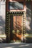 Золотить и монументальное дерево вход, ворота, двери к буддийскому виску концепция надежной защиты стоковые изображения