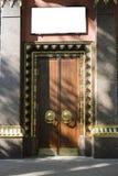 Золотить и монументальное дерево вход, ворота, двери к буддийскому виску концепция надежной защиты стоковые изображения rf