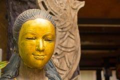 Золотить на стороне деревянной женской скульптуры стоковое фото