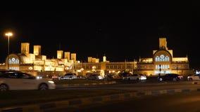 Золотое здание рынка загоренное с взглядом ночи света золота Привод автомобилей перекрестком ночи акции видеоматериалы