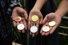 Золотое и серебряное Bitcoin стоковые изображения