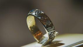 Золотое кольцо пальца с желтым драгоценным камнем Звените в золоте с browm сапфиров, обручальным кольцом - украшениями с диаманта Стоковое Фото