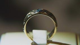 Золотое кольцо пальца с желтым драгоценным камнем Звените в золоте с browm сапфиров, обручальным кольцом - украшениями с диаманта Стоковые Изображения RF