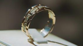 Золотое кольцо пальца с желтым драгоценным камнем Звените в золоте с browm сапфиров, обручальным кольцом - украшениями с диаманта Стоковое фото RF