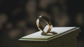 Золотое кольцо пальца с желтым драгоценным камнем Звените в золоте с browm сапфиров, обручальным кольцом - украшениями с диаманта Стоковая Фотография