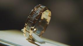 Золотое кольцо пальца с желтым драгоценным камнем Звените в золоте с browm сапфиров, обручальным кольцом - украшениями с диаманта Стоковые Фотографии RF