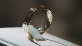 Золотое кольцо пальца с желтым драгоценным камнем Звените в золоте с browm сапфиров, обручальным кольцом - украшениями с диаманта стоковые изображения