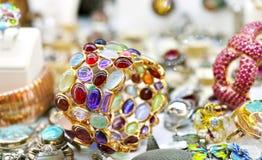 Золотое кольцо с серией красочных самоцветов стоковая фотография rf