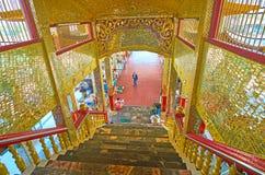 Золотое крылечко зеркала пагоды Hpaung Daw u на озере Inle, Mya стоковая фотография