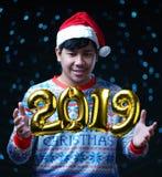 Золотое летание воздушного шара 2019 вокруг костюма рождества человека нося стоковые фотографии rf
