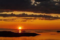 Золотое небо в земле полуночного солнца стоковое изображение