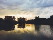 Золотое небо из-за солнца вниз стоковые фото