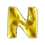 Золотое письмо n сделанное из раздувного изолированного воздушного шара на белой предпосылке Стоковые Изображения