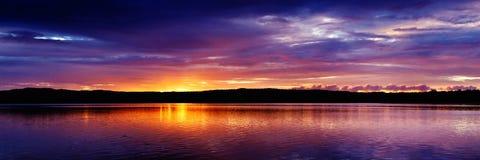 Золотое покрашенное прибрежное cloudscape seascape восхода солнца Стоковые Изображения RF