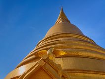 Золотое сияющее stupa с диаграммой птицы на предпосылке голубого неба с большой зоной экземпляр-космоса Стоковая Фотография