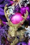 Золотое украшение игрушки рождественской елки оленей на пестротканой рождественской елке на праздник стоковое изображение