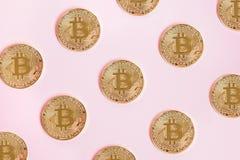 Золотое Bitcoin, картина с монетками на розовой предпосылке, концепции cryptocurrency Стоковая Фотография