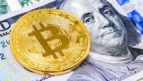 Золотое bitcoin лежа над 100 американскими долларами clos счета Стоковые Фото