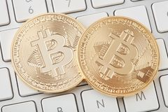 Золотое bitcoin 2 на белой клавиатуре, пути клиппирования Стоковые Фотографии RF