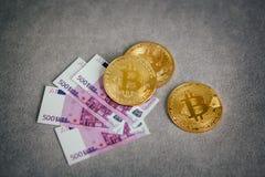 Золотое Bitcoin на серой предпосылке, концепции cryptocurrency Стоковые Изображения