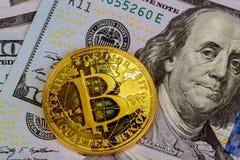 Золотое Bitcoin на счетах доллара США Концепция обменом электронных денег Стоковые Изображения RF