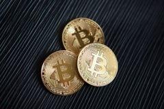 Золотое bitcoin на черной предпосылке Стоковое Изображение RF