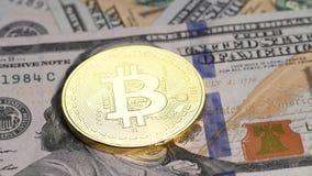 Золотое bitcoin против долларов США сток-видео