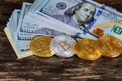 Золотое bitcoin чеканит на валюте бумажных денег долларов виртуальной Стоковые Изображения