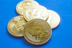 Золотое Bitcoins, новые виртуальные деньги background card congratulation invitation Стоковая Фотография