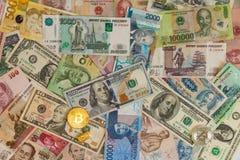 Золотое btc Bitcoin, бар золота, доллары США и банкноты других валют различных стран Стоковое фото RF