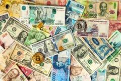 Золотое btc Bitcoin, бар золота, доллары США и банкноты других валют различных стран Стоковые Изображения