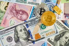 Золотое btc Bitcoin, бар золота, доллары США и банкноты других валют различных стран Стоковое Изображение