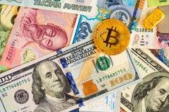 Золотое btc Bitcoin, бар золота, доллары США и банкноты других валют различных стран Стоковое Фото
